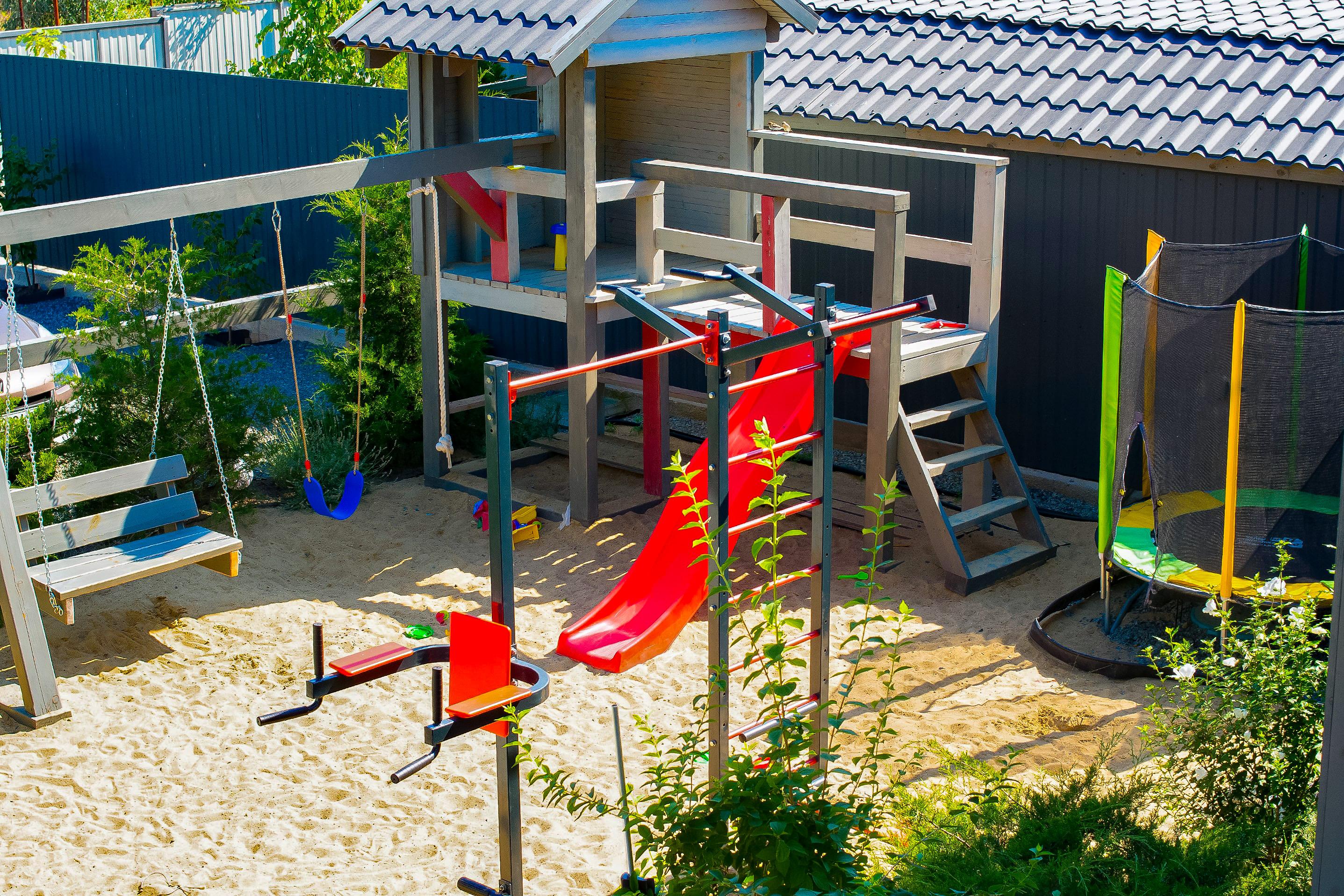 отдых с детьми на эко-даче на детской площадке